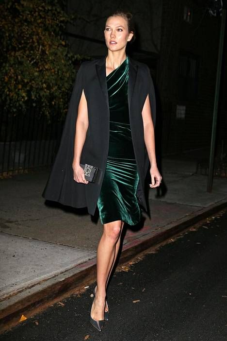 Karlie Klossin myrkynvihreä samettimekko on oikea vintage-unelma! Näin kuuluu syksyn juhliin pukeutua.