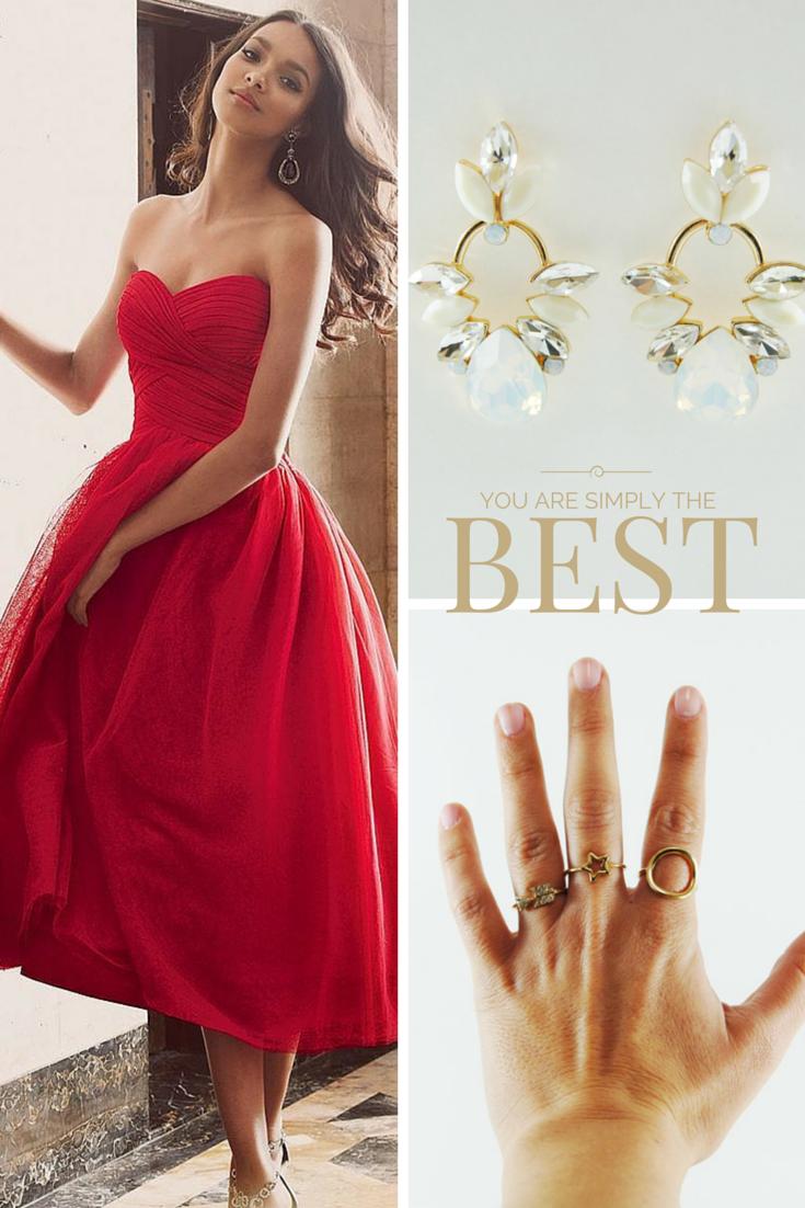 Deja el escote descubierto y completa tu look con pendientes vintage y anillo en dorado.