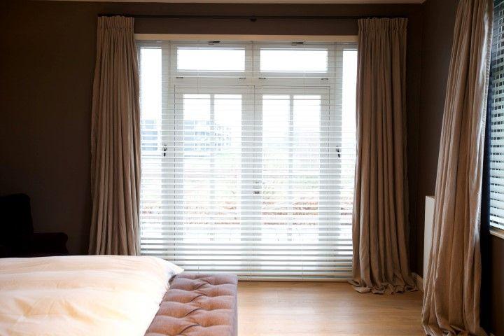 Slaapkamer met linnen gordijnen naturel en shutters - DeCompany ...