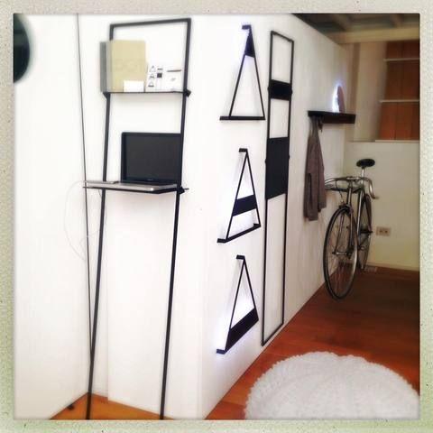 Trasforma un disingombro o uno spazio libero in uno spazio di lavoro semplice e comodo per i tuoi ospiti. Una soluzione semplice ed efficace per permettere a tutti di lavorare c...