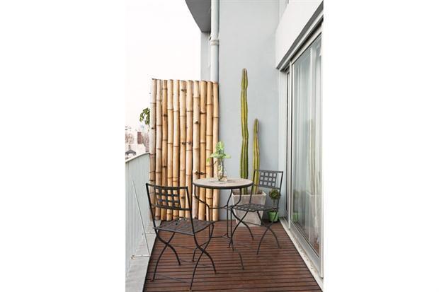 En modo dúplex: dos espacios pensados para una pareja joven  Usamos mucho el balcón para desayunar, tomar el té, o cuando uno de los dos tiene alguna visita, para que el otro esté más cómodo en la casa, cuenta Lucas.