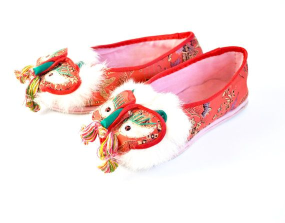 Children/'s embroidered red dragon shoes