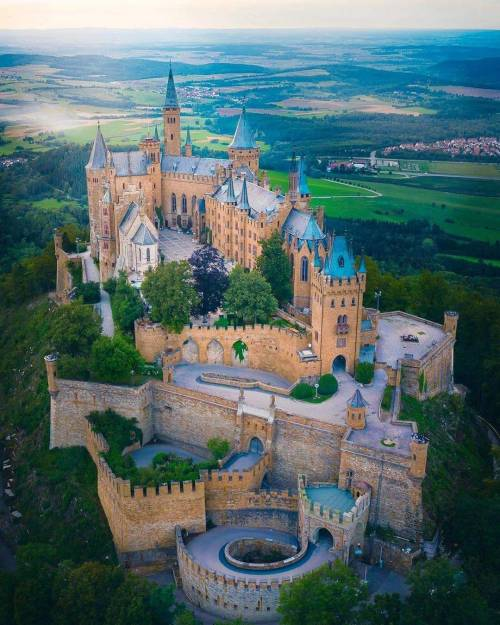 Pin By Valeri Lera On Houses Castles Cities In 2020 Exterier Hrady Cestovani