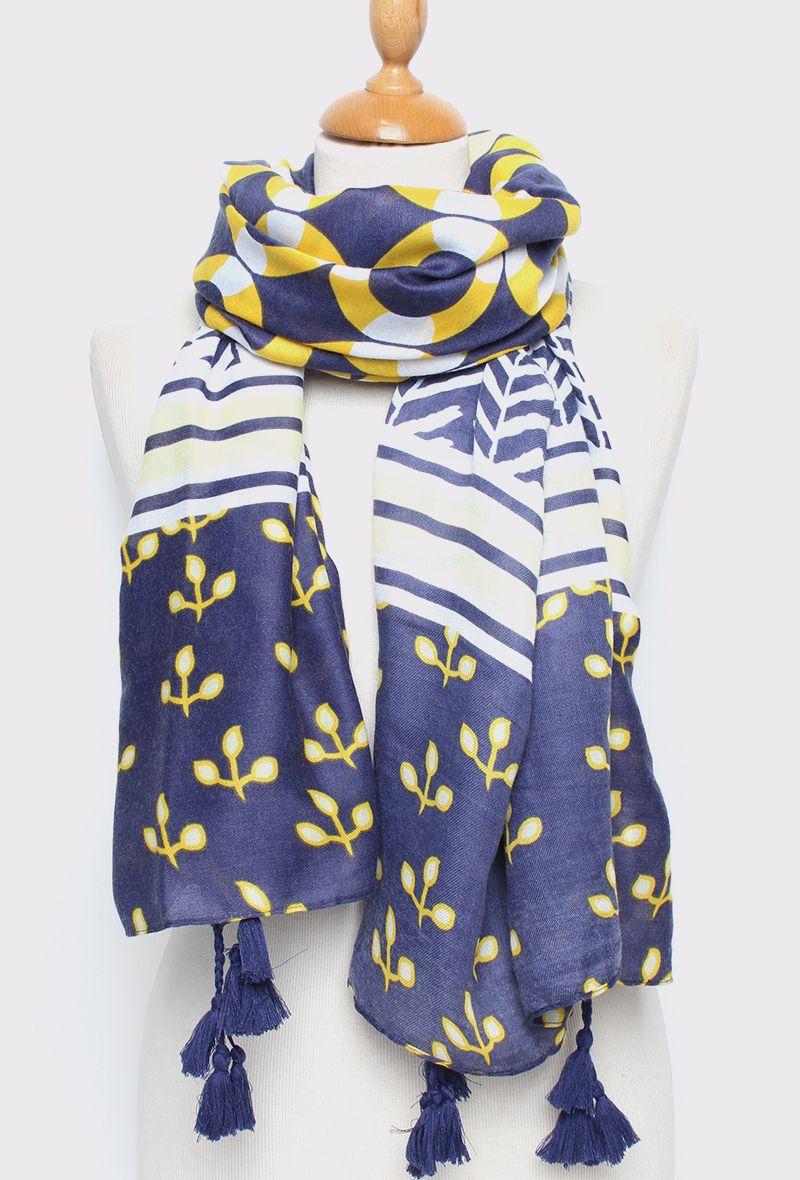9d09286e893de Foulard imprimé à pompons esprit marin dans les tons bleu et jaune.