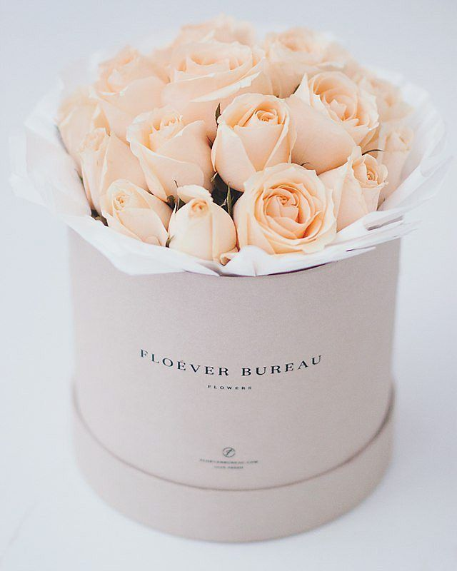 feb1ee5044d78 Удивительно красивый букет нежно-персикового цвета. Чайные розы в шляпной  коробке - 3 300, доставка по Москве бесплатно. В коробочке 25-29 роз.