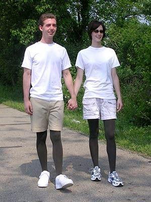 Trotz kurzer Hose zeigt Mann kein Bein - die Strumpfhose