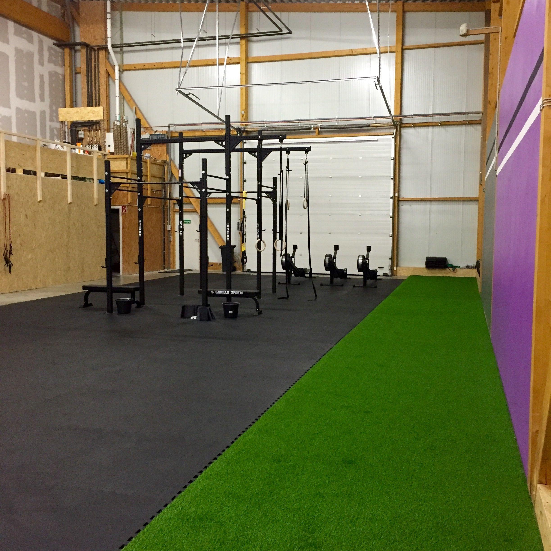 Hier wird Kunstrasen als Trainingsfläche in einem Fitnesstudio ...