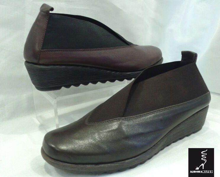 #Zapatos abotinados de #piel natural con cuña y goma. Aurora Mateo.