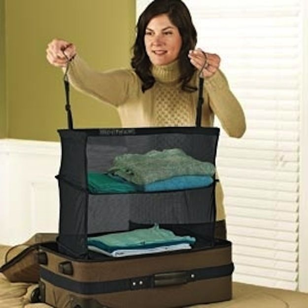 Utilizar una plataforma de almacenamiento de armario para guardar artículos plegados aseado. | 22 Easy Tricks To Make Packing So Much Better