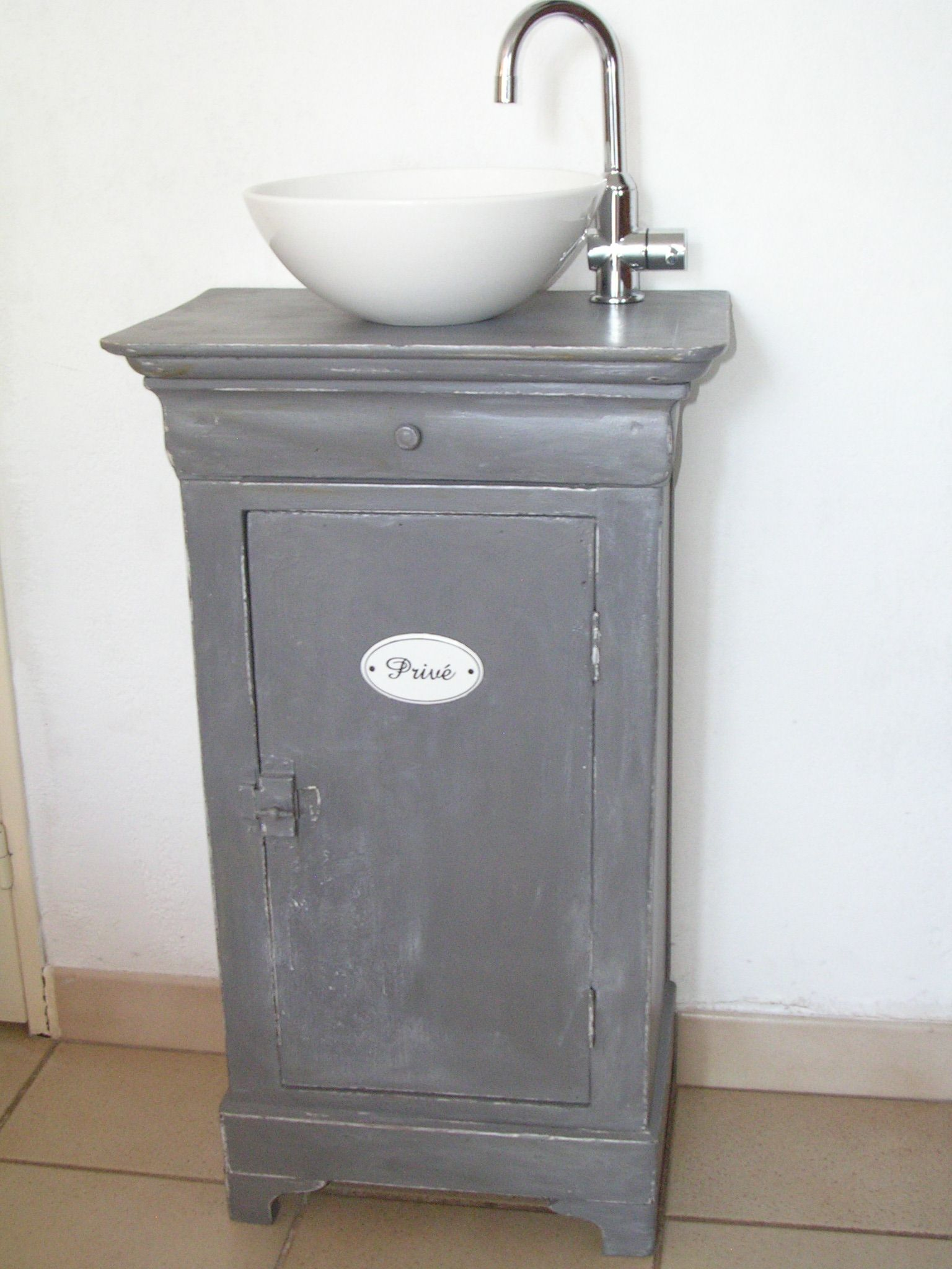 R aliser un meuble lave main partir d 39 un chevet grey colors en 2019 diy bathroom - Meuble lavabo wc ...