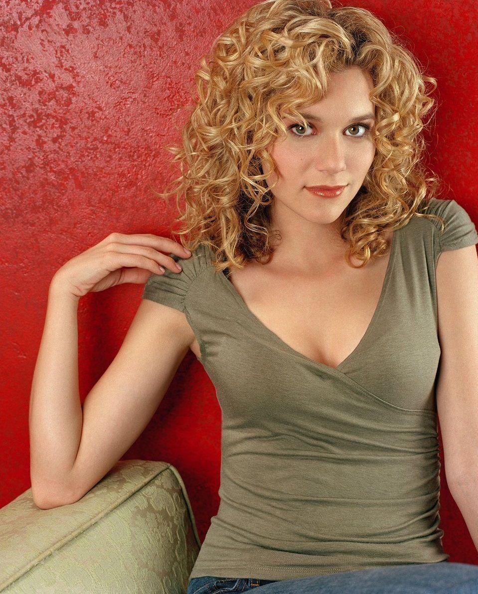 Hilarie Burton curls