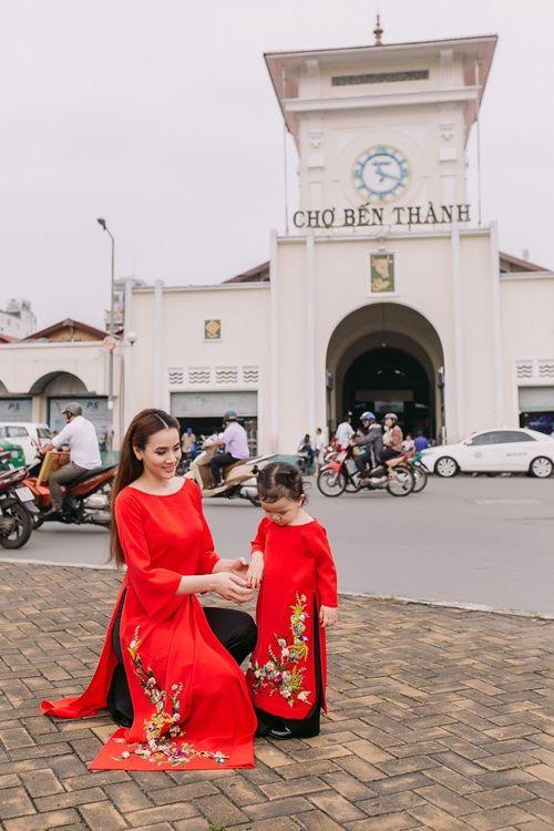 Con gái một tuổi của Trang Nhung mặc áo dài tung tăng dạo phố