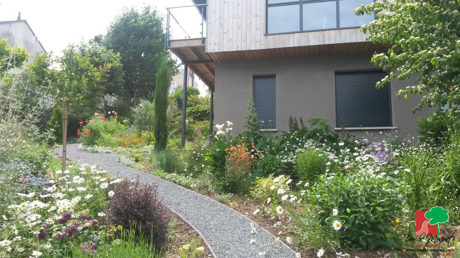 Maison moderne et jardin à l\'anglaise ! Allée en Alvéostar® gris ...