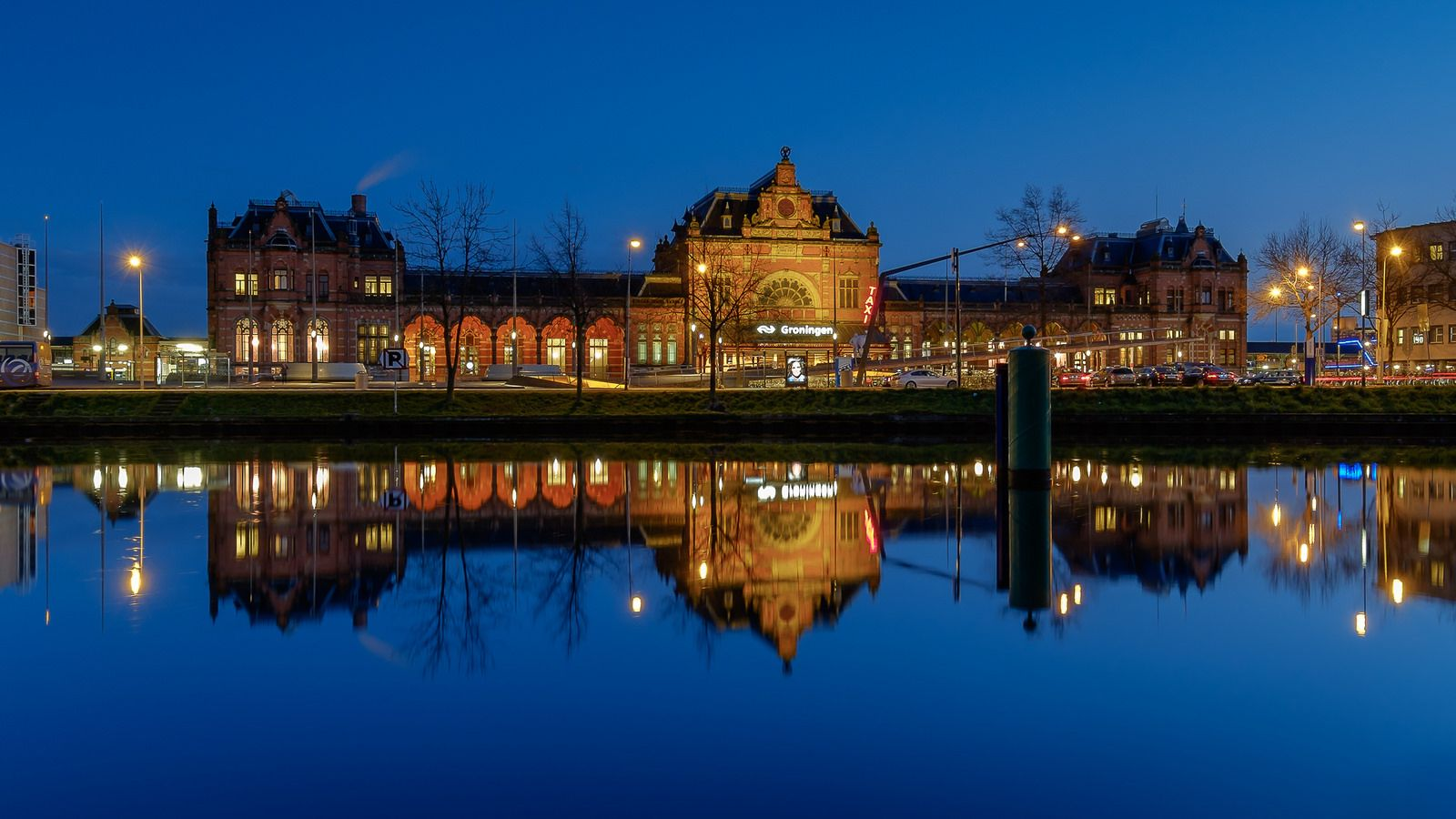 https://flic.kr/p/FxQoCp   Groningen Railway Station at blue hour   Groningen Railway Station at blue hour. I wanted to make a picture right in front of the building, but the buoy was in the way. So I moved a little bit to the left to make it less intruding.  Fuji X-E2 + Fujinon 10-24mm at 22mm, f/11, 8 sec. exposure at ISO 200, Lee ND 0.6 Hard grade filter.  Thanks to everyone who takes the time to comment and/or fave.   © Koos de Wit All rights reserved. Please don't use this image…