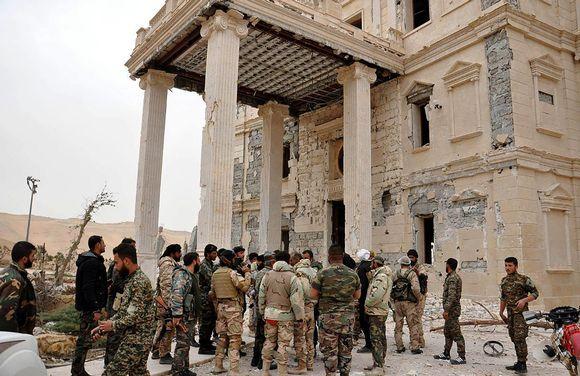 Syyrian valtiollisen uutistoimisto Sanan torstaina välittämässä kuvassa näkyy Syyrian armeijan joukkoja Palmyrassa, 24.3.2016