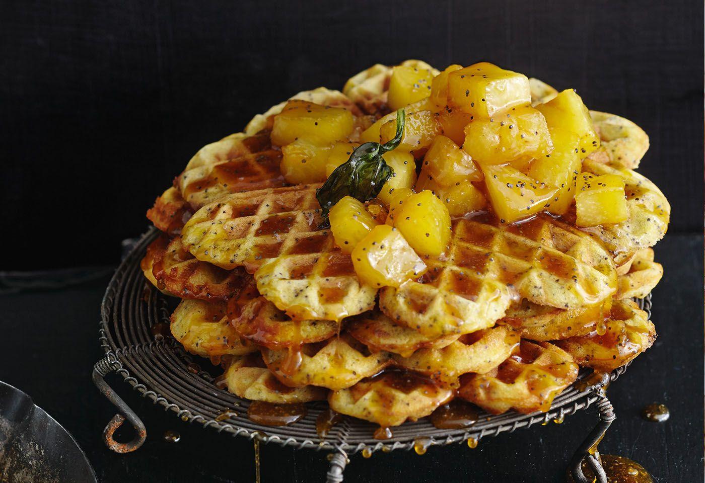 Mohnwaffeln mit karamelisierten Ananaswürfeln