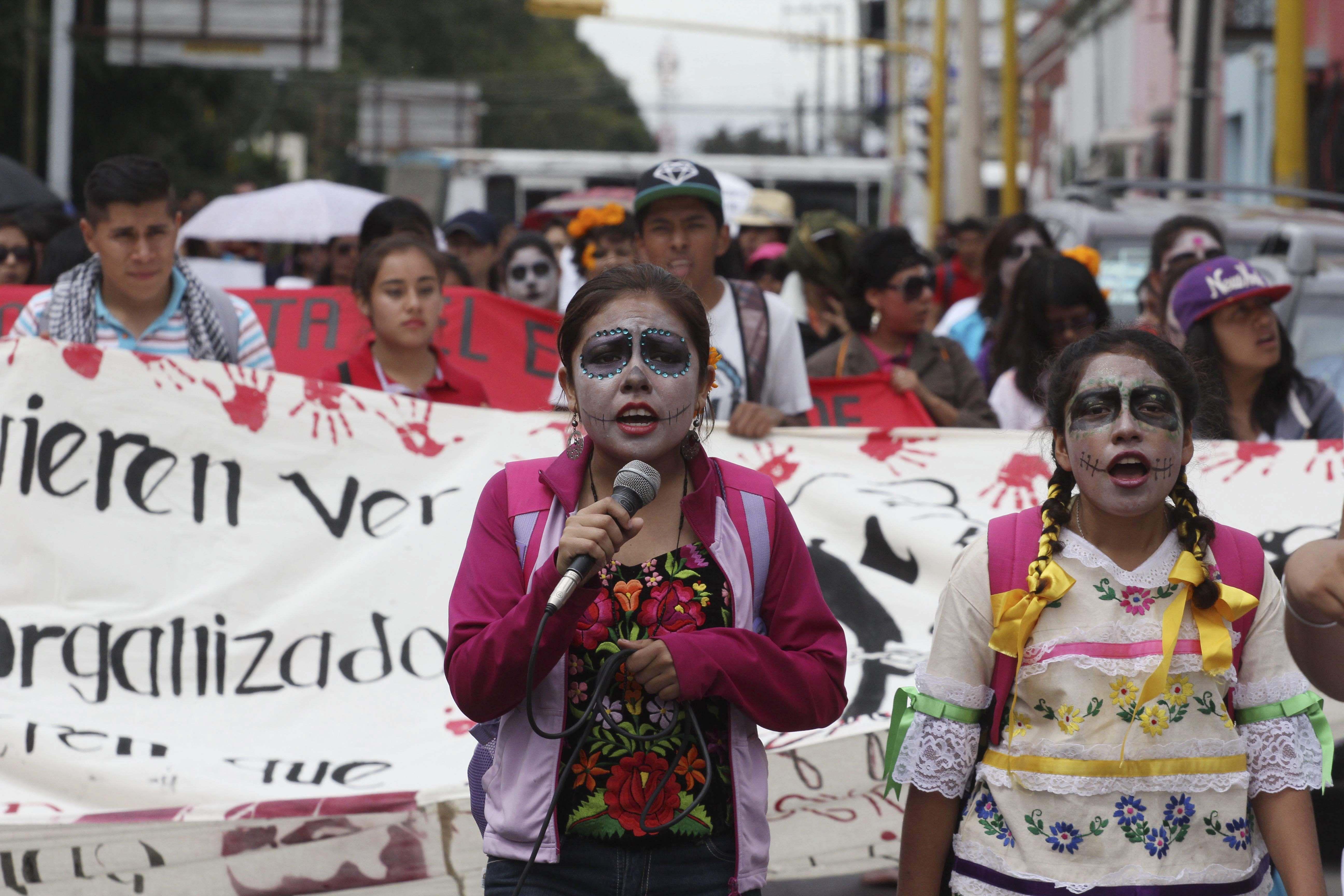 Marchan normalistas de Oaxaca en solidaridad con Ayotzinapa