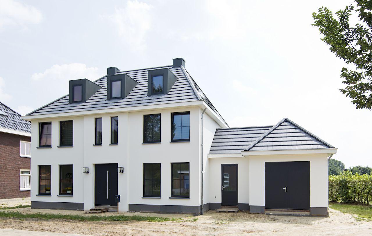 Klassiek woonhuis herenhuis wit stucwerk gevelstucwerk