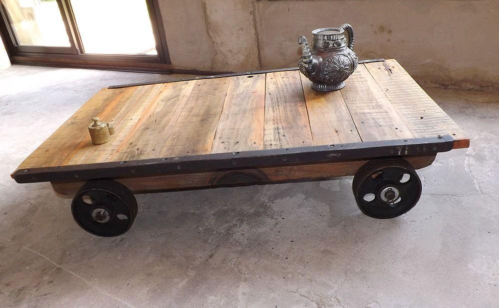 Mesa de centro Bristol elaborada con madera de pino y ruedas de ...