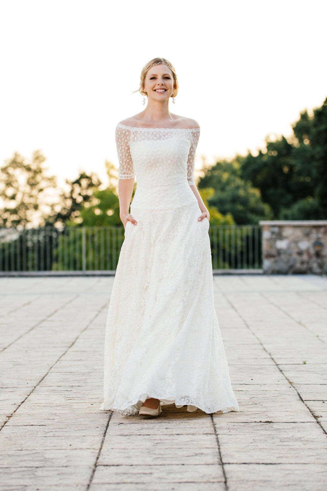 A-Linien Brautkleid mit tiefer Corsage, Taschen und hier wieder mit ...