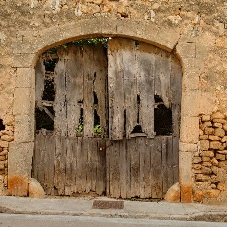 Well, I do my best - says this old door with a grin (Santanyí / #mallorca)