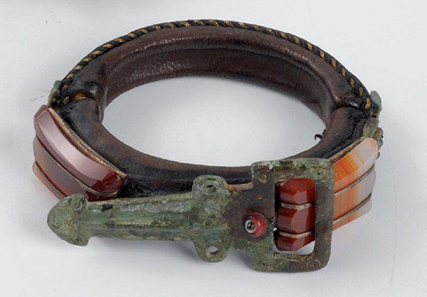 205 Liliane MULLER Estimation : 600 - 800 € Bracelet en cuir, perles en pâte de verre et fibules en bronze d'époque romaine et mérovingienne AC