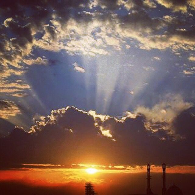 غروب الشمس مع السحاب الأبيض والسماء الزرقاء واشعه تصعد للاعلي وتتجه للأسفل والشمس وكأنها نهر من ذهب أسفل اللون الأزرق الملوكي هذ Beautiful Nature Sunset Nature