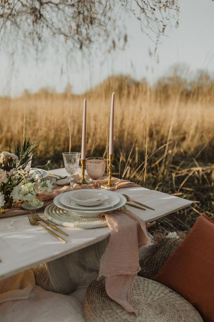 Gorgeous table setting perfect for a en elegant country wedding.   #tablesetting #tablestyle #weddingstyling #weddingvault #weddingideas #outsidewedding