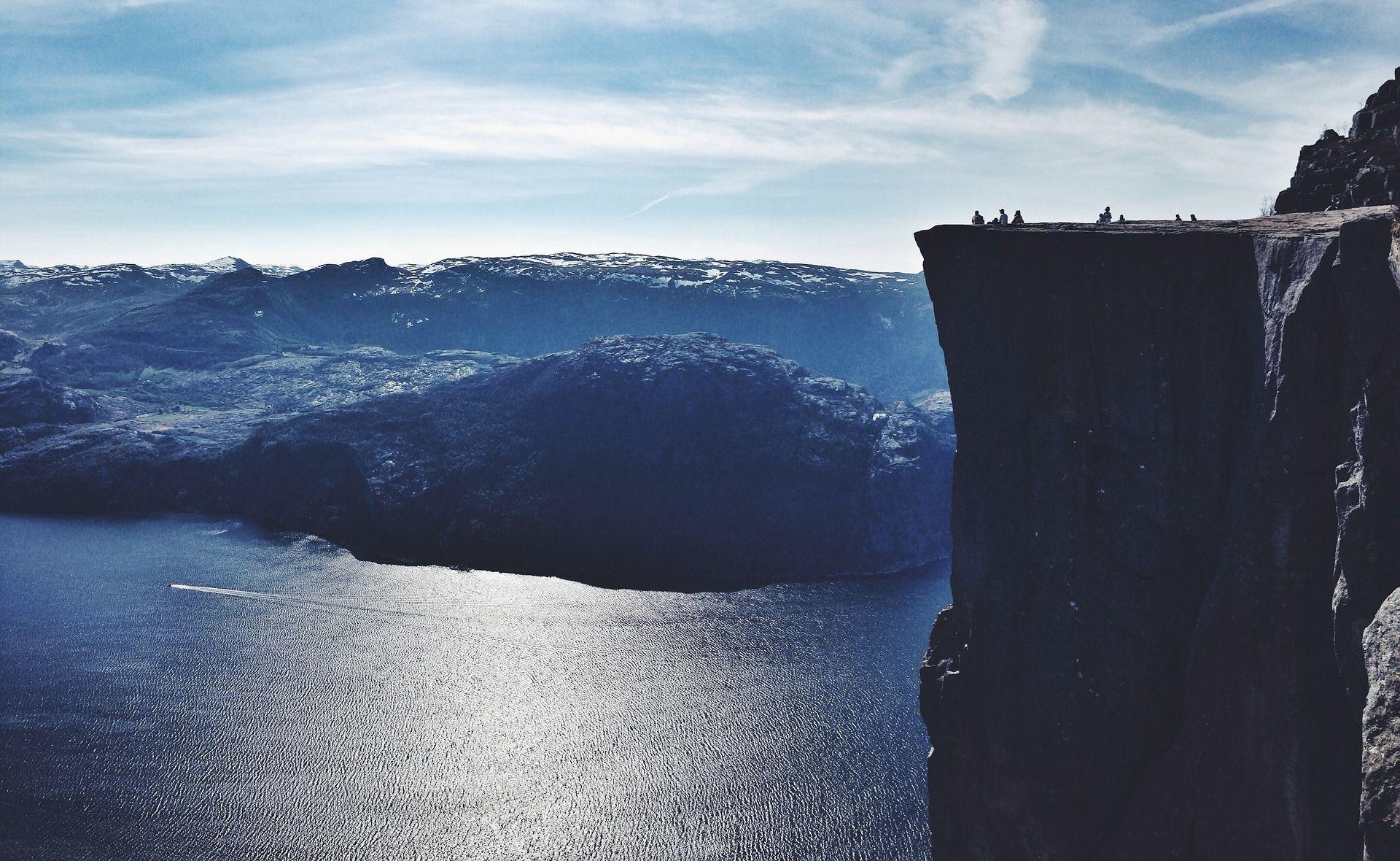 피요르드 절벽에서 본 암벽처럼 보이는 물