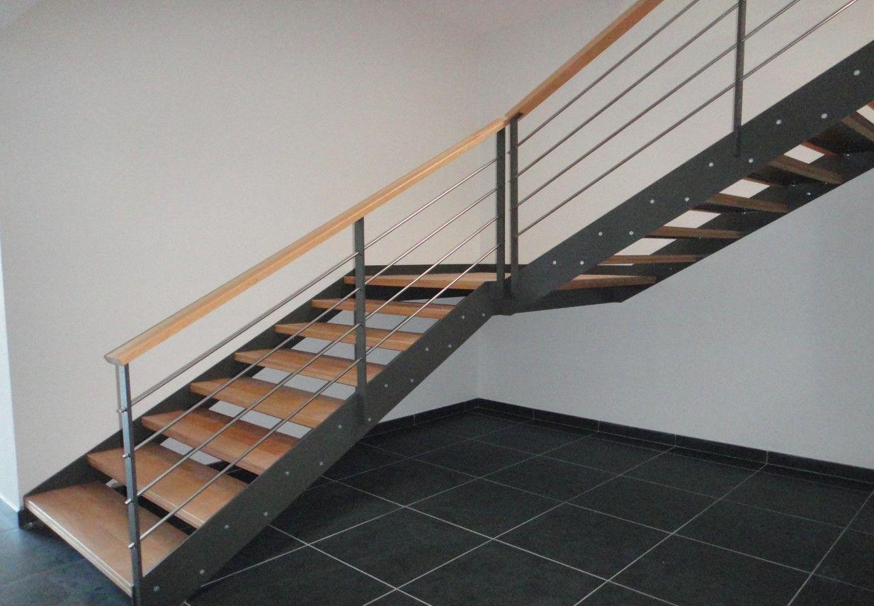 Escalier Interieur 2 4 Tournant En Acier Laque Avec Marche En Bois