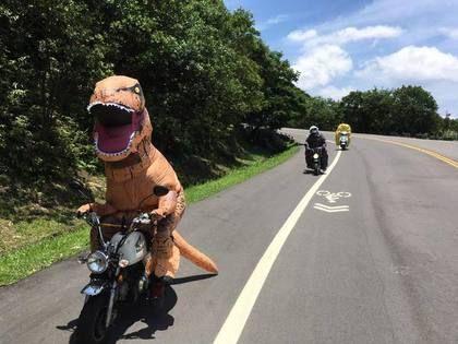 恐龍哥帶新夥伴 騎車上五指山