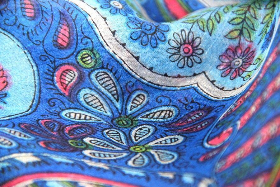 Ravissant foulard à motifs indiens en soie naturelle douce et élégante. Un foulard de forme rectangle en pure soir d'Inde artisanale.