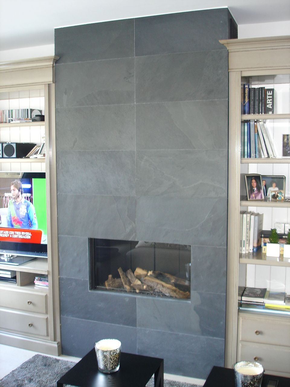 El salon abierto a la cocina gira alrededor de una for Cocinas con chimenea