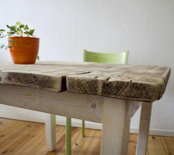 Hölzerner Tisch im Landhaus Stil