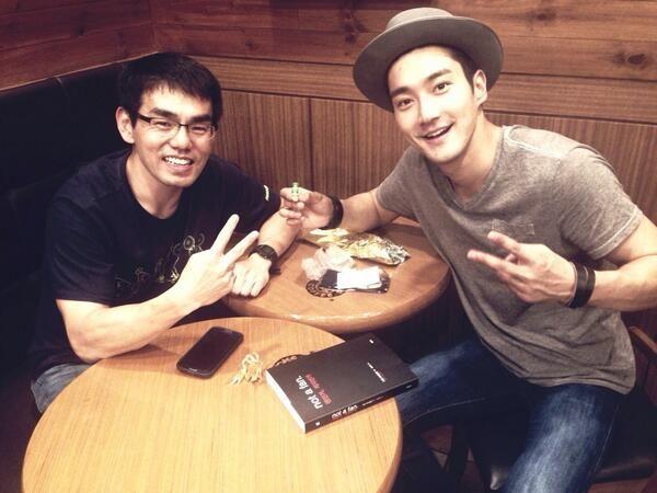 """@Siwon Choi: 정말 오랜만에 만난 이성호 목사님^^ 짧지만 즐거운시간^^  p.s 목사님으로 부터 편지 잘 받았습니다^^ http://t.co/hBZhkZ2Fi4"""
