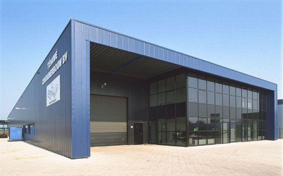 Bureau industriel moderne avec des lignes d ordinateurs
