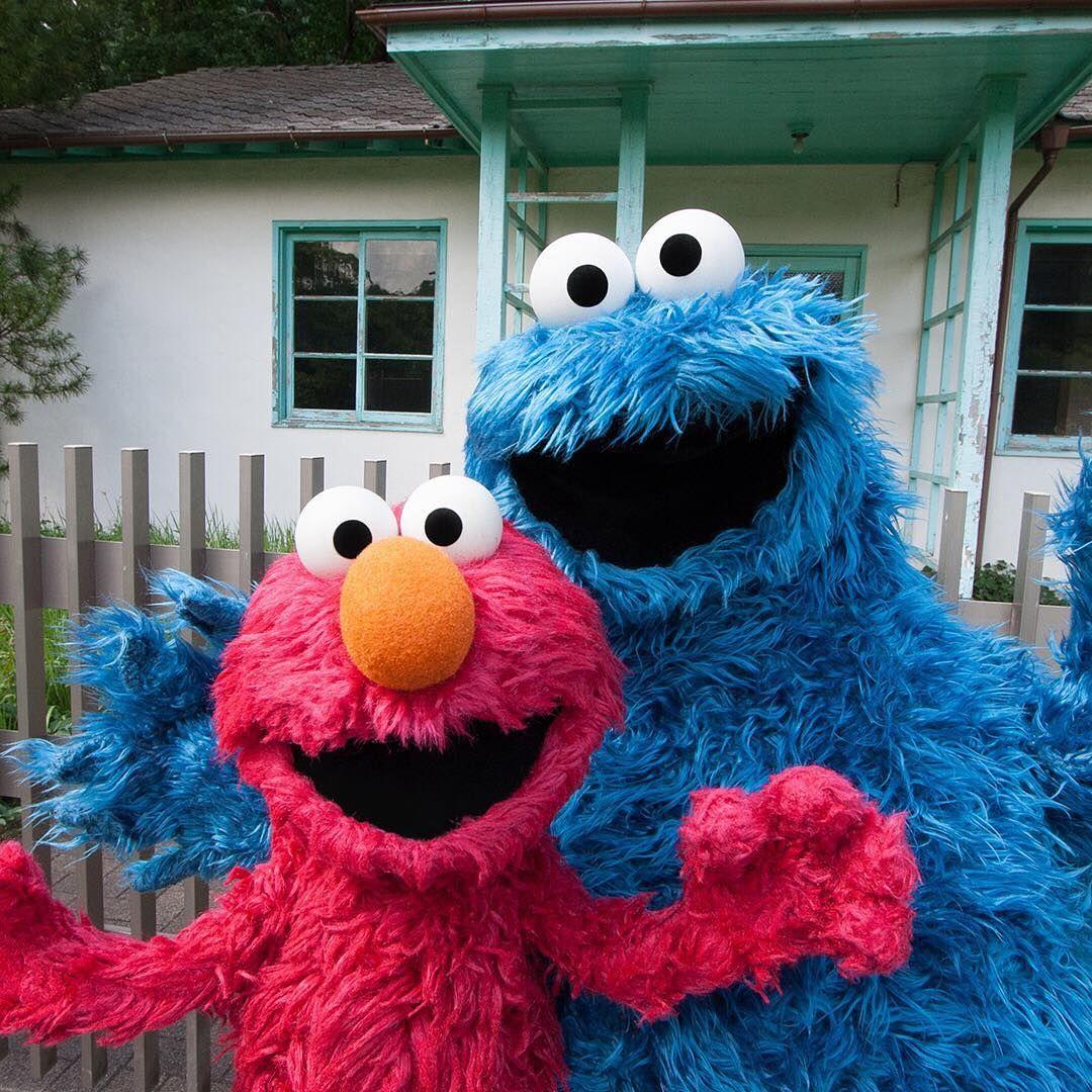 代々木公園に遊びに来たよ 1964年に開催されたオリンピックのときは選手村で このお家に 選手の人たちが泊まったんだって 年も楽しみだね エルモ エルモとクッキー Elmo And Cookie Monster Cookie Monster Wallpaper Monster Cookies