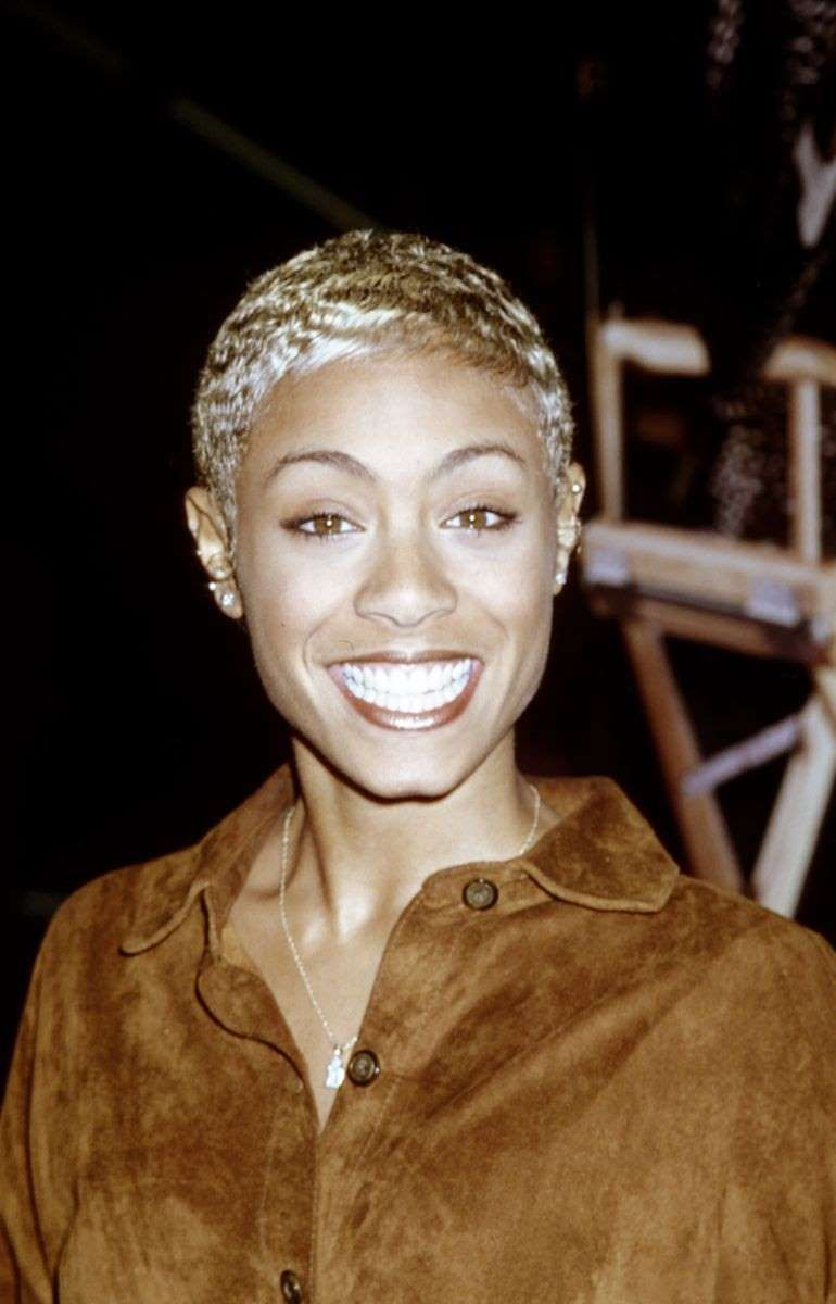 Jada Pinkett Smith Smiling For The Camera Jada Pinkett Smith Brought Back Her 90s Blonde Hair Clips 90s Hairstyles Short Hair Styles