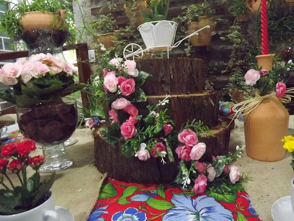Bolo de aniversário, usamos tronco de árvore e flores artificiais.