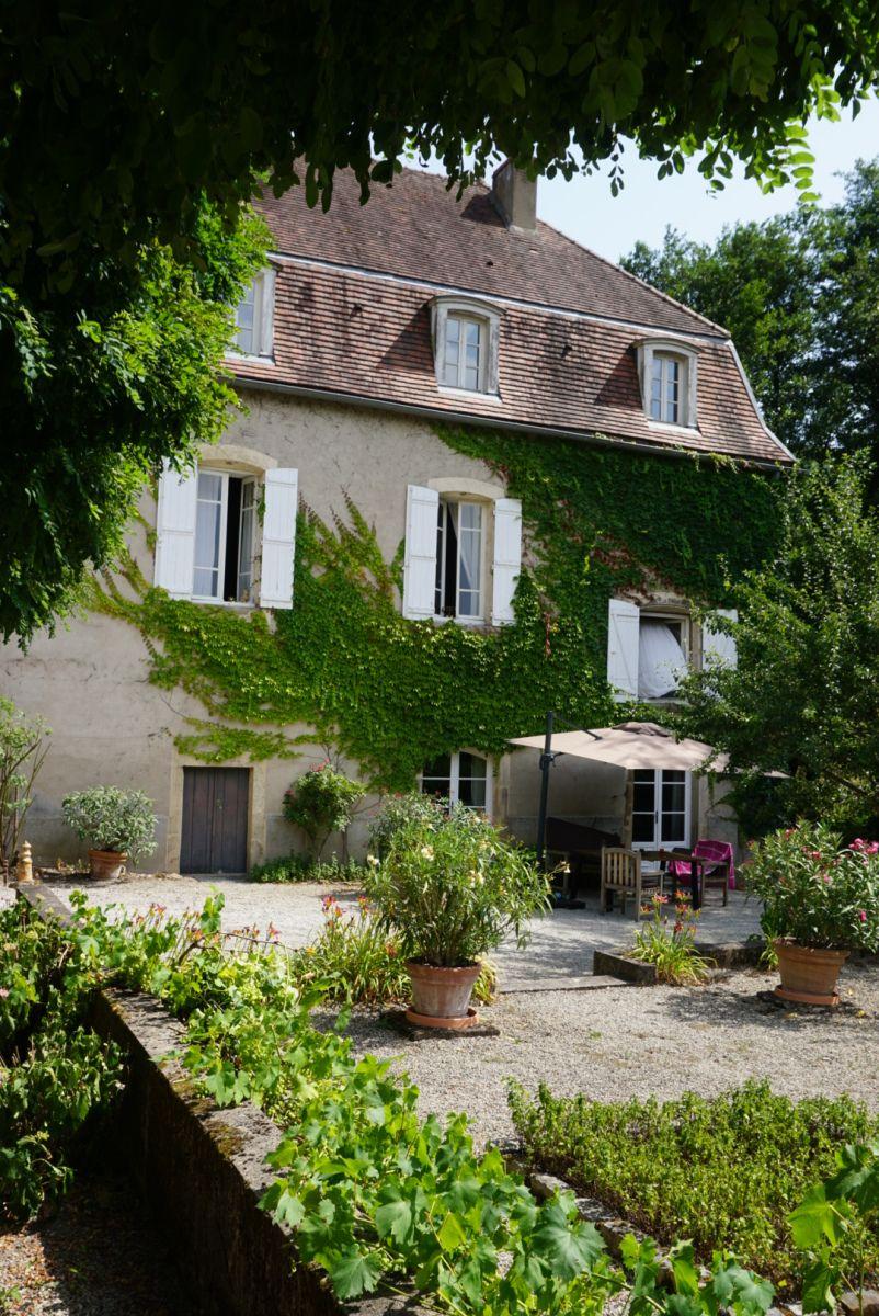 La Maison D Hotes Moulin Renaudiots En Bourgogne Un Pied A Terre De Charme Pour Les Amateurs De Calme Et De Bon Vin Maison D Hotes Maison Chateau De Pommard