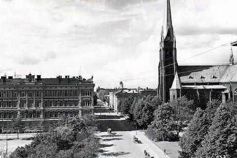 Linnankadulla sijaitsevaa tuomiokirkkoa vastapäätä sijaitsi Viipurin pääposti. Taustalla näkyy Viipurin linnan torni.  Kuva: Etelä-Karjalan museo.