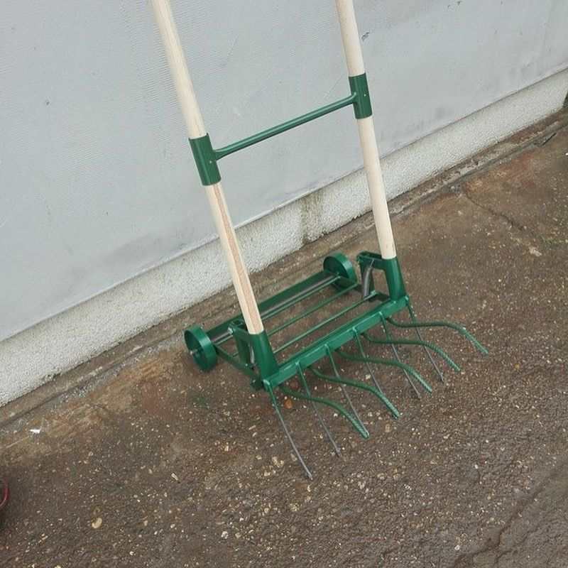 Earth aeration tool with spikes 50cm Working width: 50cm  This is a bigger and more powerful version of the earth aeration tool, working width 50cm. The new version have two wheels added to make the f