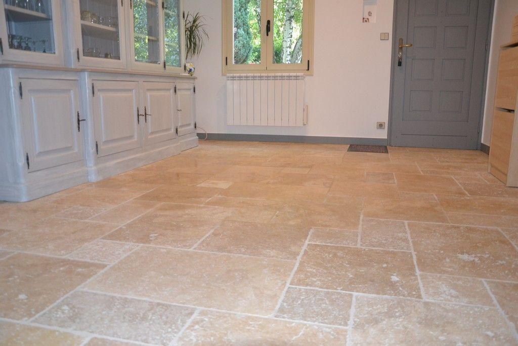 Travertin vieilli 1er choix clair Emporia opus Versailles sol - carrelage en pierre naturelle salle de bain