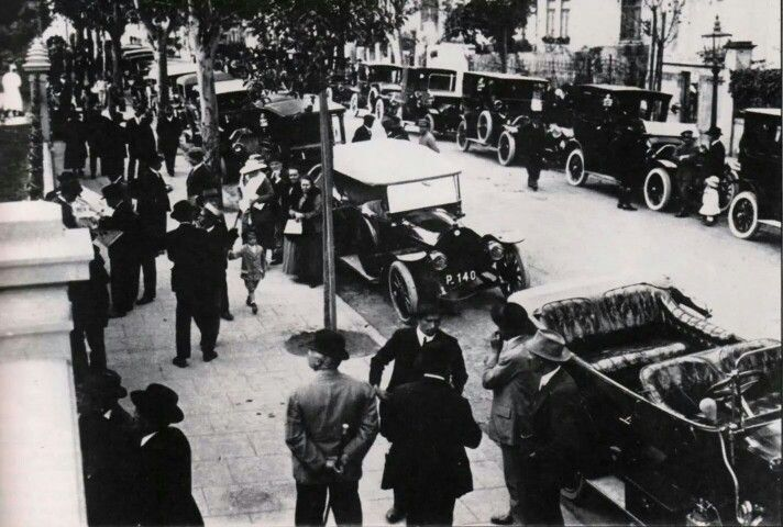 1904 - Inauguração do Hospital Matarazzo. Em uma época quando a cidade tinha por volta de 83 carros, uma parte deles aparece na foto.
