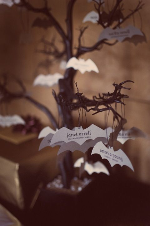 Matrimonio Tema Horror : Create a spooky place card display with flying bats