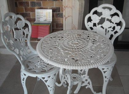 Table et chaises en fonte. France. Salons de jardin | salon de ...