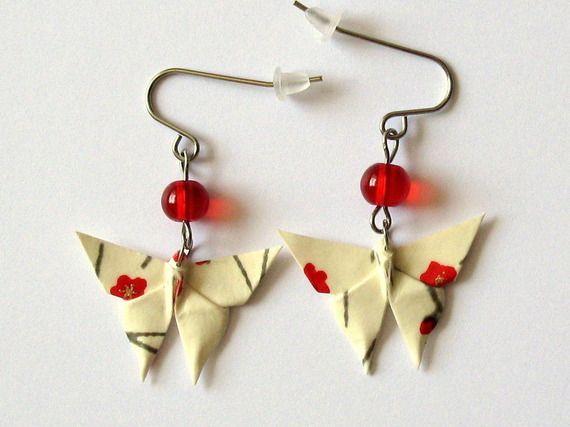 Boucles d'oreille origami - papillon ivoire aux fleurs rouges, acier chirurgical