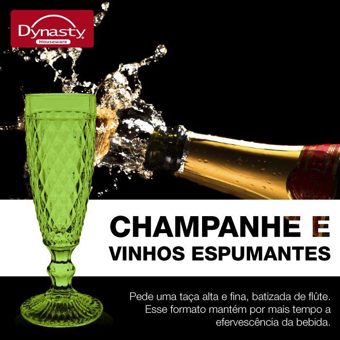 Pede uma taça alta e fina, batizada de flûte. Esse formato mantém por mais tempo a efervescência da bebida.