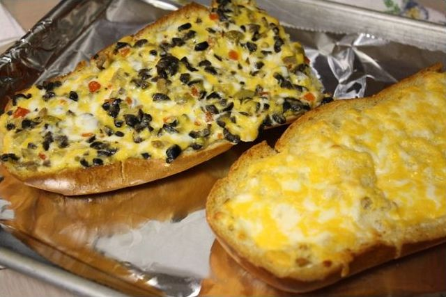 The Pioneer Womans Olive Cheese Bread {My New Addiction}
