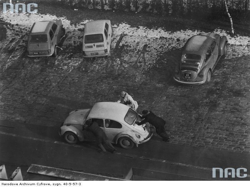 Próba uruchomienia samochodu Volkswagen Garbus poprzez popychanie.